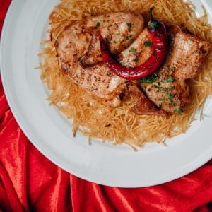Цыпленок на гриле с соусом BBQ и картофелем пай