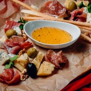 Плато сыров и сыровяленых деликатесов