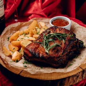 Свиные ребра с соусом BBQ и картофельными дольками