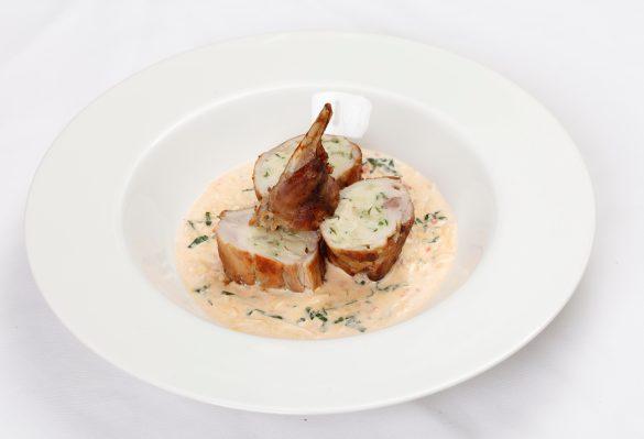 Фаршированая ножка кролика с шампиньонами и шпинатом ресторан Цирк